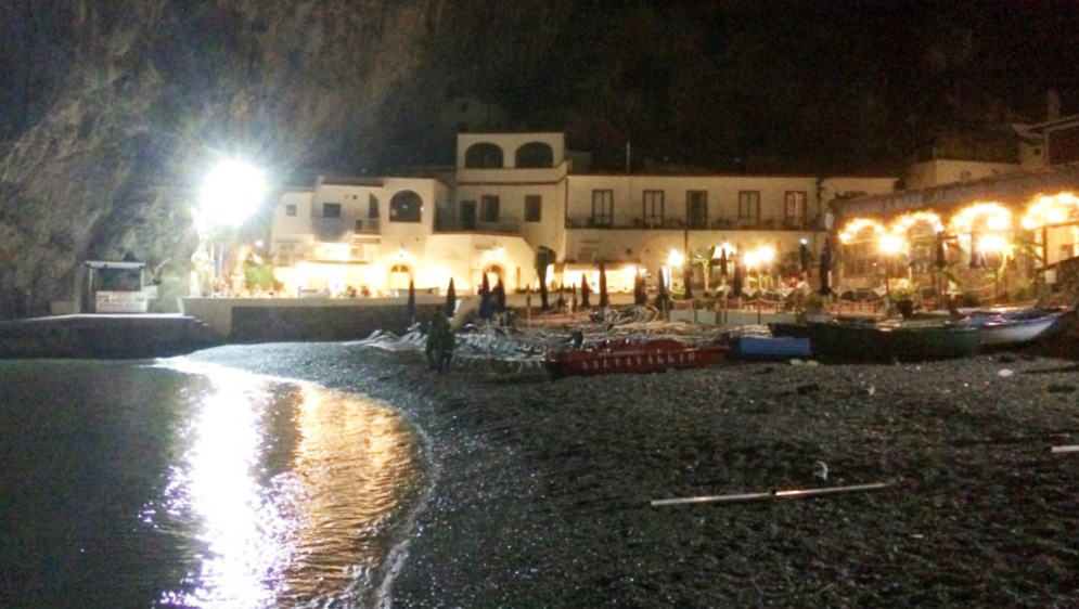Italian summers on the amalfi Coast. Romantic evenings on the beach. Photo Lisa van de Pol, Italian Summers