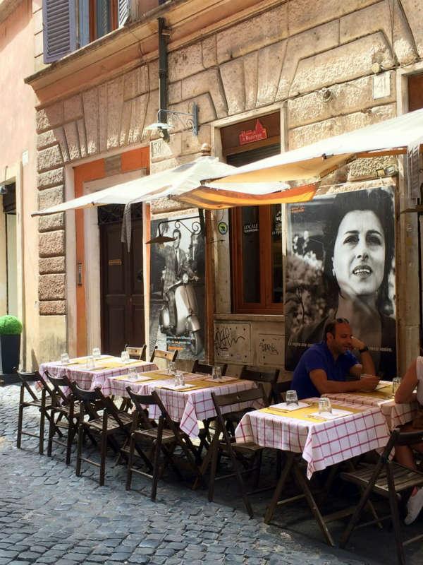 Near Piazza Navona, Rome, Italy | Italian Streetlife ©Photo by Lisa van de Pol