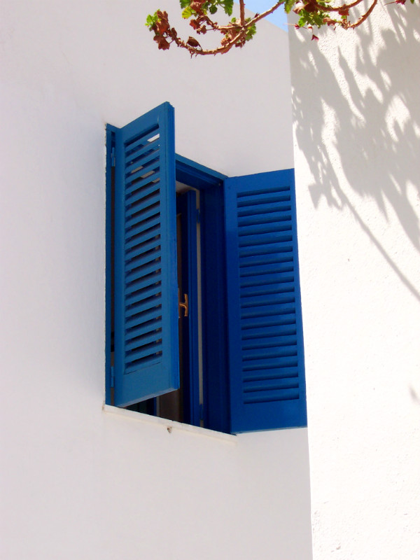 Panarea Island, blue shutters, photo by Lisa van de Pol