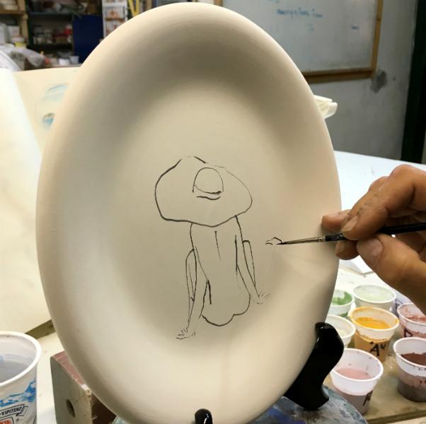 Positano Beach Hat plate, by Italian Summers. Italian style ceramic plate by Italian Summers. Desgin by Lisa van de Po, art by Claudio Assandri