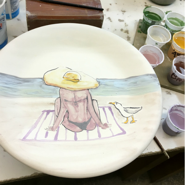 Positano Beach Hat plate, by Italian Summers. Italian Style ceramic plates | Design Lisa vaan de Pol, artwork by claudio assandri