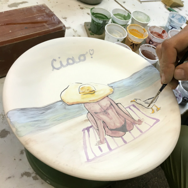 Positano Beach Hat plate, by Italian Summers. Italian Style ceramic plates by Italian Summers. Design by Lisa van de Pol, artwork by Claudio Assandri